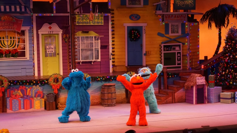 To kill some time we saw the Elmo's Christmas Celebration show, it was a typical kids Christmas show nothing too exciting.